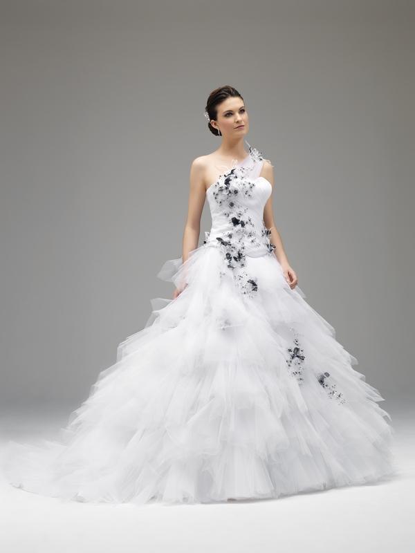45c77dcb5573 Robe de mariée blanche et grise - Chapka
